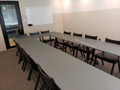 ガラス製のホワイトボードも完備しています。 - HOLDER roppongi  13名会議室(コの字型)の室内の写真