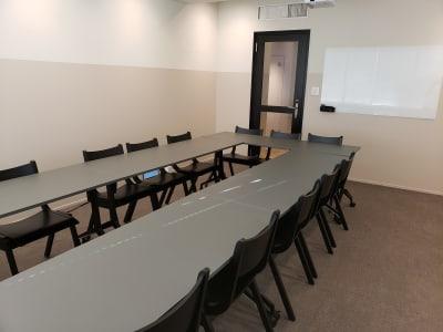 天井も高く3Mありますので、開放的な空間です。 - HOLDER roppongi  13名会議室(コの字型)の室内の写真
