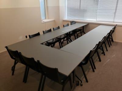 コの字型で13名の会議が可能です。 - HOLDER roppongi  13名会議室(コの字型)の室内の写真
