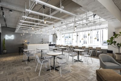 隣接のラウンジスペースです。天井高は3M、2面採光で明るい空間です。 - HOLDER roppongi  13名会議室(コの字型)のその他の写真