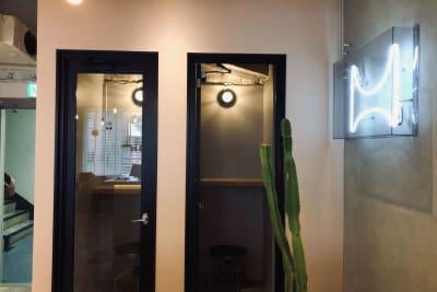 3階入口にフォーンブースがございます。電話会議や静かに話したい時にご活用頂けます - HOLDER roppongi  10名+3名多目的ワークスペースの設備の写真