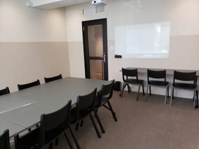 10名用のスペーす+壁際に3名用のスペースを設置していますので、最大13名までご - HOLDER roppongi  10名+3名多目的ワークスペースの室内の写真