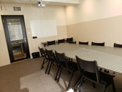 ガラス製のホワイトボードも完備しています。 - HOLDER roppongi  10名+3名多目的ワークスペースの室内の写真