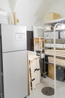 バックヤード 備品が収納されています。荷物置きやフィッティングスペースとしても活 - メゾンシンテンチ  お洒落なオルタナティブスペースの室内の写真