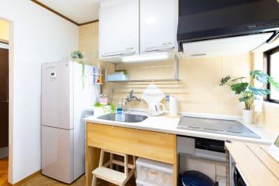 冷蔵庫・IHコンロ・湯沸かしポットがあり、戸棚には調理器具が入っています - プレテコフレ朝潮橋 駅前レンタルスペースの設備の写真
