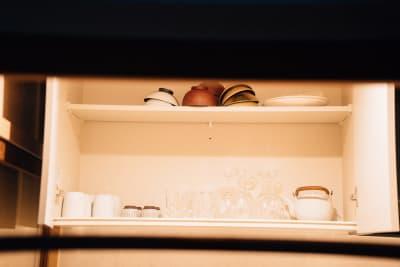 調理器具や食器類もそろっています。(調味料はご持参ください) - Tenjin旅音 リビングの設備の写真
