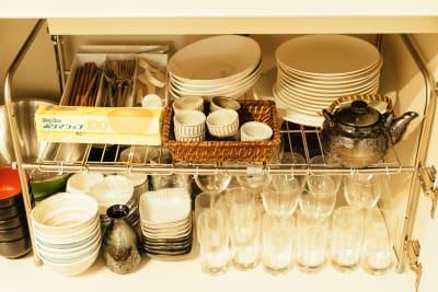 調理器具や食器類もそろっています。(調味料はご持参ください) - Wacasa旅音 リビングの設備の写真