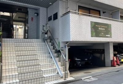 中2階となり、下は駐車場となります。 - オフィス兼フィットネスジム 完全貸切り!コロナ感染も安心♪の外観の写真