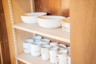 調理器具や食器類もそろっています。(調味料はご持参ください) - Kenroku旅音 和室リビングの設備の写真