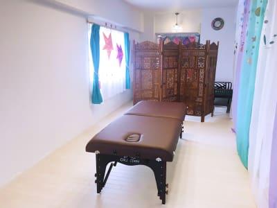 エステベッドは必要に応じて出し入れ可能 - リアド・ステラ 完全個室貸切レンタルサロンの設備の写真