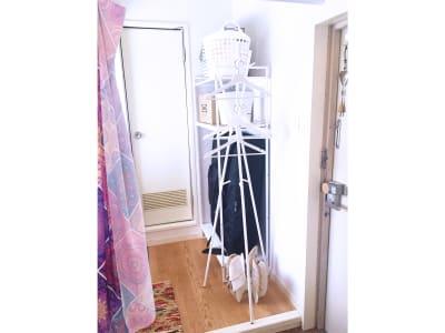 ハンガーラックと備品収納エリア - リアド・ステラ 完全個室貸切レンタルサロンの設備の写真