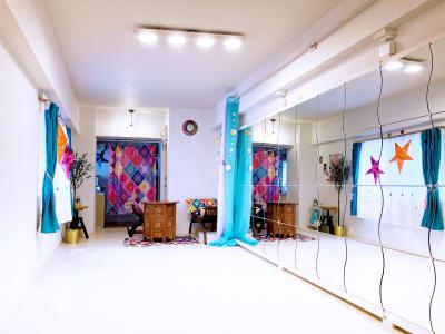 鏡エリア&応接エリア - リアド・ステラ 完全個室貸切レンタルサロンの室内の写真