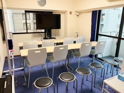 講習用途 8名まで机あり。 丸椅子を6つ使って最大14名 - GS川崎貸会議室 テレワークや会議に最適な貸会議室の室内の写真