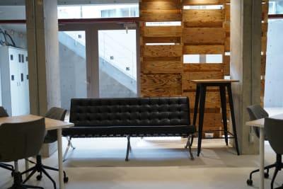 ソファ席 - いいオフィス下北沢 イベントスペースの室内の写真