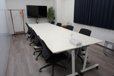 モニター、プロジェクター、スクリーン、ホワイトボード等、室内の備品がご利用可能です。 - BTSオフィス 6階会議室Bの室内の写真