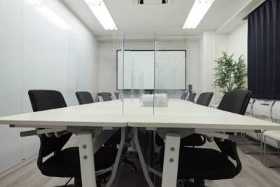 コロナウィルス対策として、パーテーションの配置もご対応させて頂きます。 - BTSオフィス 6階会議室Bの室内の写真