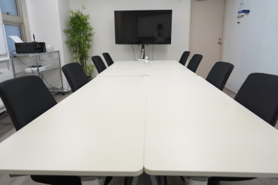 モニター、プロジェクター、スクリーン、ホワイトボード等、室内の備品がご利用可能です。 - BTSオフィス 6階会議室Aの室内の写真