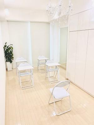 ソーシャルディスタンスを配慮したミニセミナーの開催、プロジェクターも利用可能 - レンタルサロンaMieu南青山 aMieu南青山/Vert(緑)の室内の写真