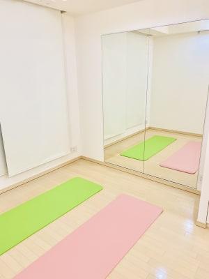 全身が映るスタイルミラーで、トレーニングやレッスンが可能 - レンタルサロンaMieu南青山 aMieu南青山/Vert(緑)の室内の写真