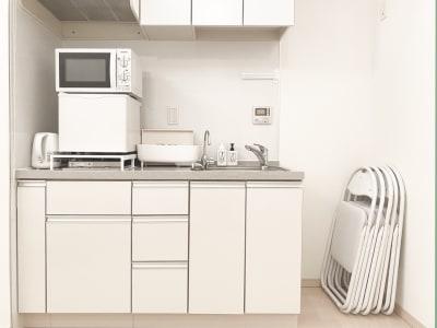 冷蔵庫、電子レンジ、ポット、食器類もご利用頂けます - レンタルサロンaMieu南青山 aMieu南青山/Vert(緑)の設備の写真
