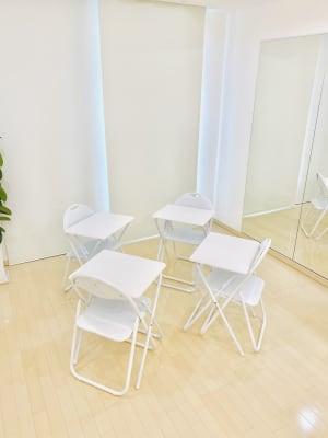 セッションスタイルでのご利用も可能です。テーブル+チェアは5セットご用意 - レンタルサロンaMieu南青山 aMieu南青山/Vert(緑)の室内の写真