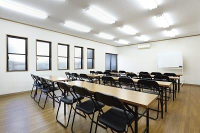 会議室内。窓が多く、換気しやすくなっています。感染症対策もバッチリです。 - 明覺寺会議室 貸会議室、フリースペースの室内の写真