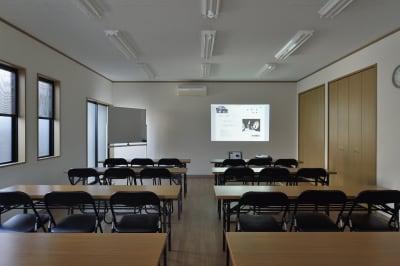 プロジェクター(有料)。スクリーンもございます。持ち込みも可能です。 - 明覺寺会議室 貸会議室、フリースペースの設備の写真