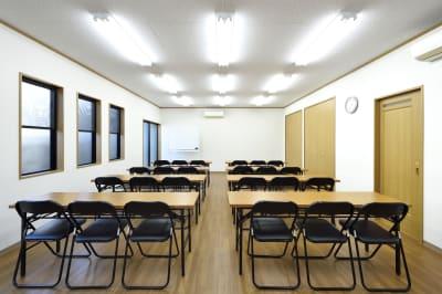 会議室内。スクール形式の配置で会議や勉強会に最適です。 - 明覺寺会議室 貸会議室、フリースペースの室内の写真