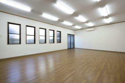 会議室内。机・椅子を収納することもできます。ヨガ教室や展示会などにおすすめです。 - 明覺寺会議室 貸会議室、フリースペースの室内の写真