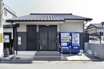 通りに面した入り口です。手摺りもご用意しています。 - 明覺寺会議室 貸会議室、フリースペースの入口の写真