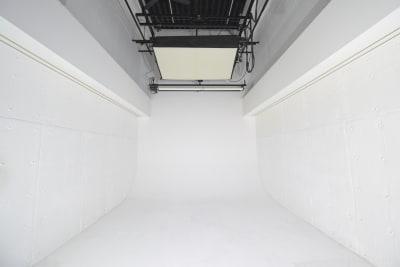 1F-白ホリゾント (10m×5m×6m) ・1面ホリゾント ・ストロボ.LDE  - 有限会社水谷スタジオ 撮影スタジオの室内の写真
