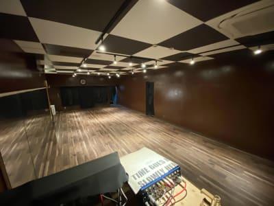 音響ブース内から見たスタジオの眺めです。 - DANCESTUDIOLoRe ダンススタジオロア1スタジオの室内の写真