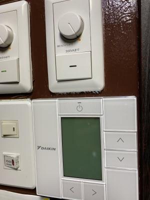スタジオ内にはエアコンを2機設置しておりますので室内温度も自由自在です。 - DANCESTUDIOLoRe ダンススタジオロア1スタジオの設備の写真