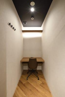 web面接に最適な個室席が4部屋ございます。(ドアに鍵はついていません。) - 東邦オフィス福岡天神 東邦オフィス天神コワーキングDの室内の写真