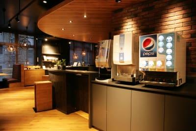 ドリンクバーを完備。コーヒー、紅茶、ソフトドリンク、コンソメスープ等飲み放題。 - 東邦オフィス福岡天神 東邦オフィス天神コワーキングEの室内の写真
