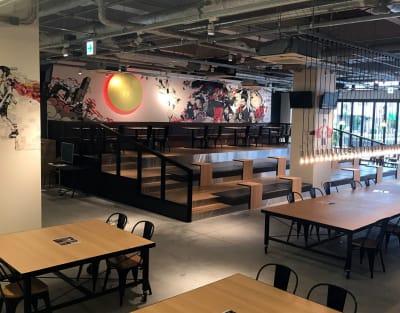 広々したカフェスペースは外部との打ち合わせもご利用いただけます。 - YOLO BASE 【お一人様用】個室ワークスペースの室内の写真