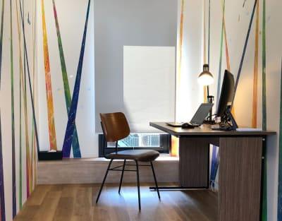 各お部屋の壁に描かれた世界に1つのアートがクリエイティビティを刺激します。 - YOLO BASE 【お一人様用】個室ワークスペースの室内の写真