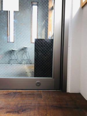 自動ドア下部に鍵穴がございます。電源は切っておりますので、手動で開閉してください - 下北沢レンタルスペース レンタルスペースの室内の写真
