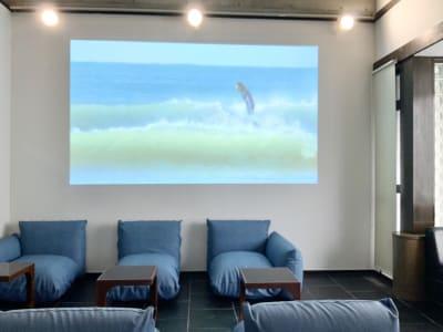 プロジェクターでスペース奥の壁に大きく動画やパソコンの画面を映すことが出来ます。(有料オプション) - 32PARADOX コワーキング、イベントスペースの設備の写真