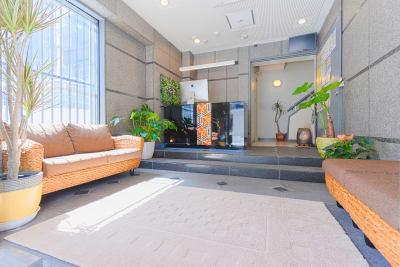 明るく緑いっぱいのエントランス。 - Feel Osaka Yu 【高速WiFi】大きな窓の会議室の室内の写真