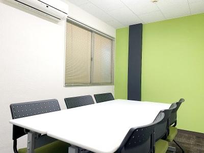 会議室内部写真 - 共栄実業(株) 幸福相互ビル うめきた会議室413(最大6名)の室内の写真