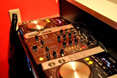 DJ機材はミキサーのみ貸しだしです CDJ、PC等はご自身でお持ち込みください - アニソンBAR とらんぷ イベントスペース、フロア貸切の設備の写真