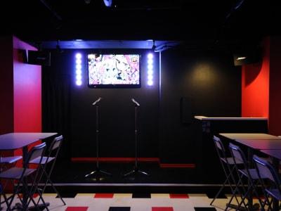 簡易ステージをご利用いただけます。 - アニソンBAR とらんぷ イベントスペース、フロア貸切の室内の写真