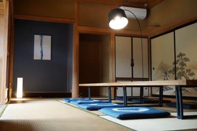大きなお座敷でわいわい座って楽しめる、畳敷き!寝転んでもだいじょぶ(^^♪ - 【庭の宿シリーズ・星と風の庭】 一棟貸切アイランドキッチンありの室内の写真