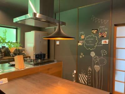 アイランドキッチンと作業台があるので、みんなでお料理するのに持ってこいのキッチン - 【庭の宿シリーズ・星と風の庭】 一棟貸切アイランドキッチンありの室内の写真