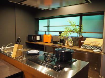 キッチンツールも大充実✨足りないものが無いように、沢山アイテムをご用意しています - 【庭の宿シリーズ・星と風の庭】 一棟貸切アイランドキッチンありの室内の写真