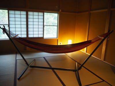 ハンモックも用意しています~ - 【庭の宿シリーズ・星と風の庭】 一棟貸切アイランドキッチンありの室内の写真