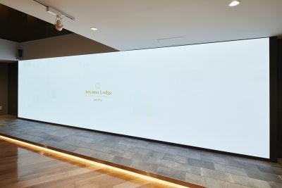 横7メートル高さ2メートルの4KLEDディスプレイ - アオヤマロッジ 外苑前徒歩3分イベント&スタジオの設備の写真
