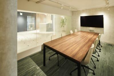 会議室 - アオヤマロッジ 外苑前徒歩3分イベント&スタジオの室内の写真