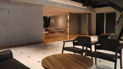 間仕切りによる分割利用可能 - アオヤマロッジ 外苑前徒歩3分イベント&スタジオの設備の写真